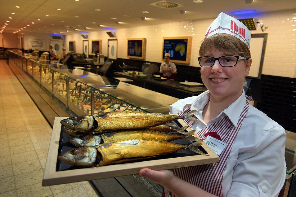 Anett Kaiser gehört zu den Verkäuferinnen an der Frischetheke. Die ist 32 Meter lang. Angeboten werden neben Fisch auch Fleisch, Wurst, Käse und Salate. Elektronische Tafeln zeigen den Preis an.