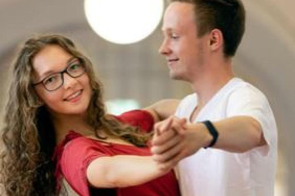 Jessica Lebelt und Erik Mohaupt werden beim Open Air am kommenden Donnerstag Tango tanzen. Beide sind Schüler der Jahrgangsstufe 11 am Goethe-Gymnasium, und beide gehören dem Bischofswerdaer Tanzsportclub Blau-Gold an. Auch der ist am Donnerstag im Gymnas