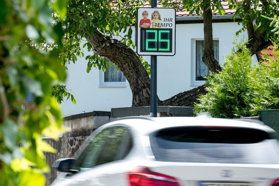 Besonders durch Feldschlößchen, Seifersdorf und Leppersdorf rauscht ununterbrochen der Verkehr. Mit  Tempotafeln wie dieser soll sie jetzt auf die Geschwindigkeit hingewiesen werden.