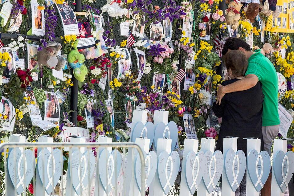 Menschen trauern an der Gedenkwand für die Opfer des Einsturzes der Champlain Towers South in Surfside.