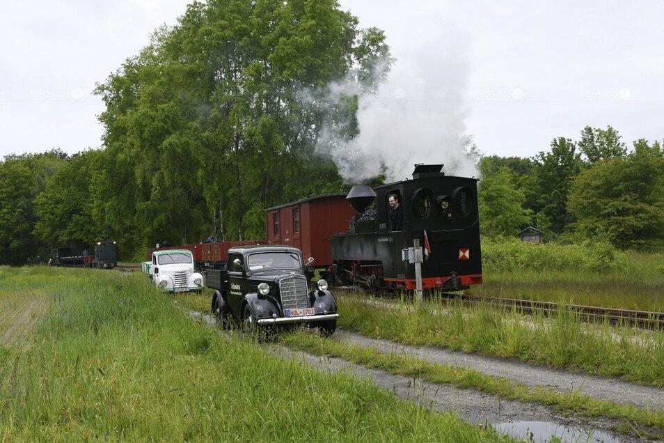 Während des Stopps an der Baierweiche bei Krauschwitz begegnete der Zug mit der Diesellok diesen Oldtimern, die sich bestens gepflegt präsentierten.