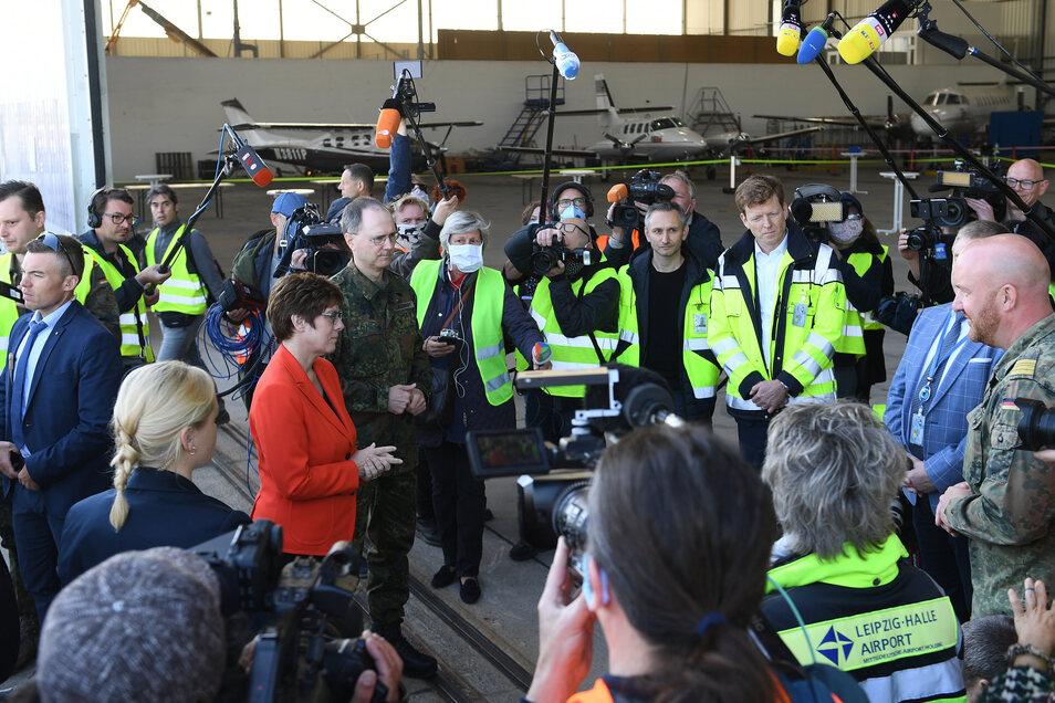 Viele Journalisten und Flughafenmitarbeiter, davon nur wenige mit Schutzmaske, kamen am Montag zum Empfang der Lieferung. Der Auflauf sorgte in sozialen Netzwerken für Kritik.