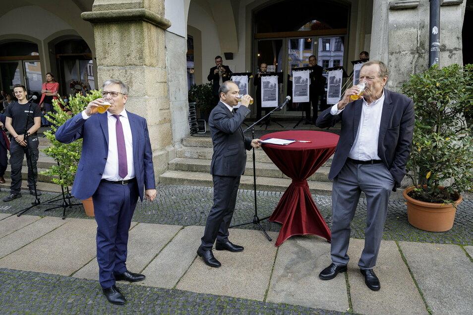 30 Jahre Städtepartnerschaft Görlitz-Wiesbaden. Da ließen es sich die Oberbürgermeister Octavian Ursu (Mi.) und Gert-Uwe Mende (li.) nicht nehmen, zusammen mit dem früheren Wiesbadener Oberbürgermeister Achim Exner ein frisch Gezapftes zu genießen.