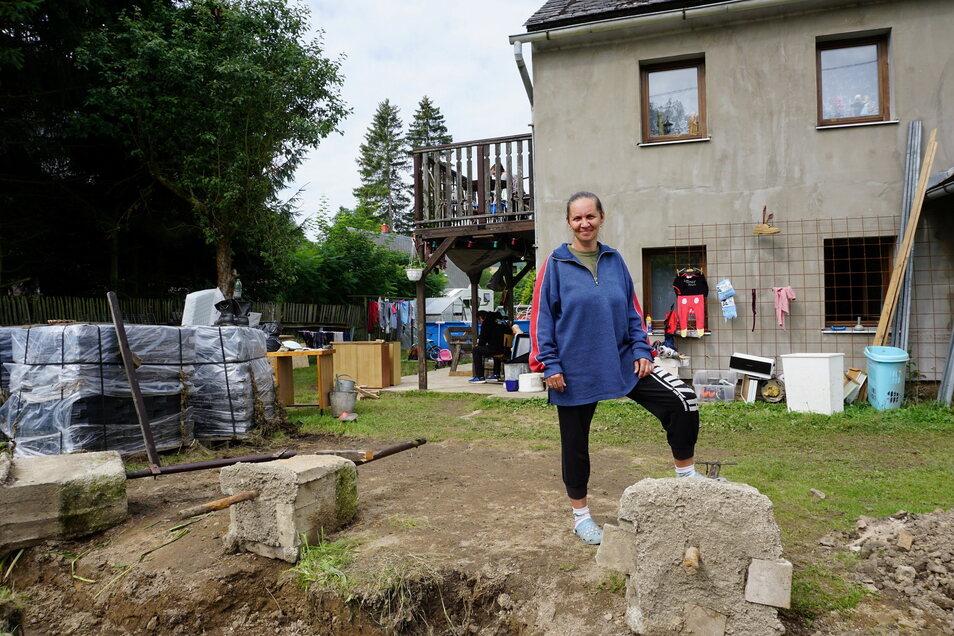 Nach der Flut: Jitka Stepánková aus Horní Poustevna und ihre Familie hat es schlimm erwischt. Die meisten Möbel wurden fortgespült. Der Rest steht im Garten.