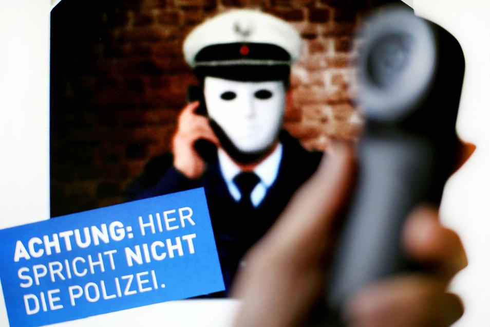 Mit einem solchen Plakat hat die Polizei vor falschen Polizisten gewarnt. Bei Anrufen werden nicht selten nachsimulierte Telefonnummern der Polizei genutzt.