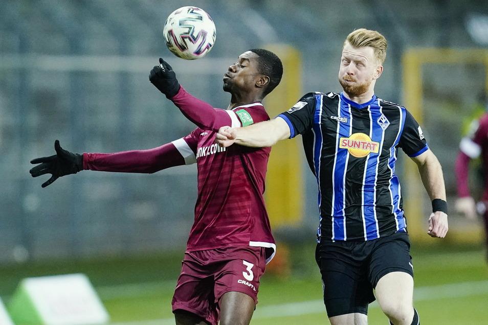 Leroy Kwadwo (l.) im Zweikampf mit Mannheims Dominik Martinovic. Dynamos Neuzugang hat sich schnell einen Stammplatz erworben.