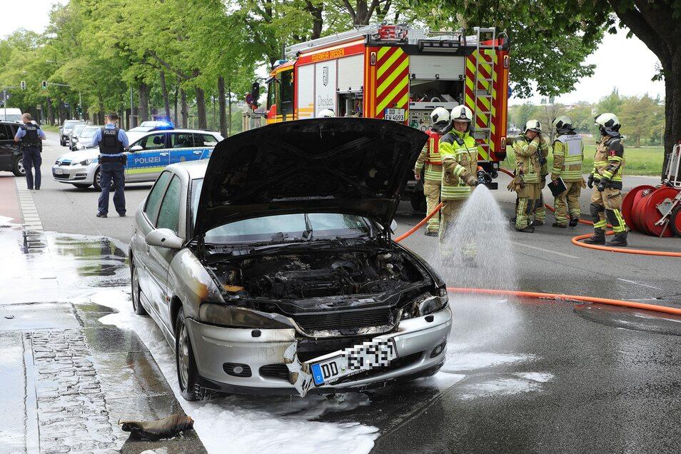 Der Opel fing während der Fahrt am Käthe-Kollwitz-Ufer Feuer.