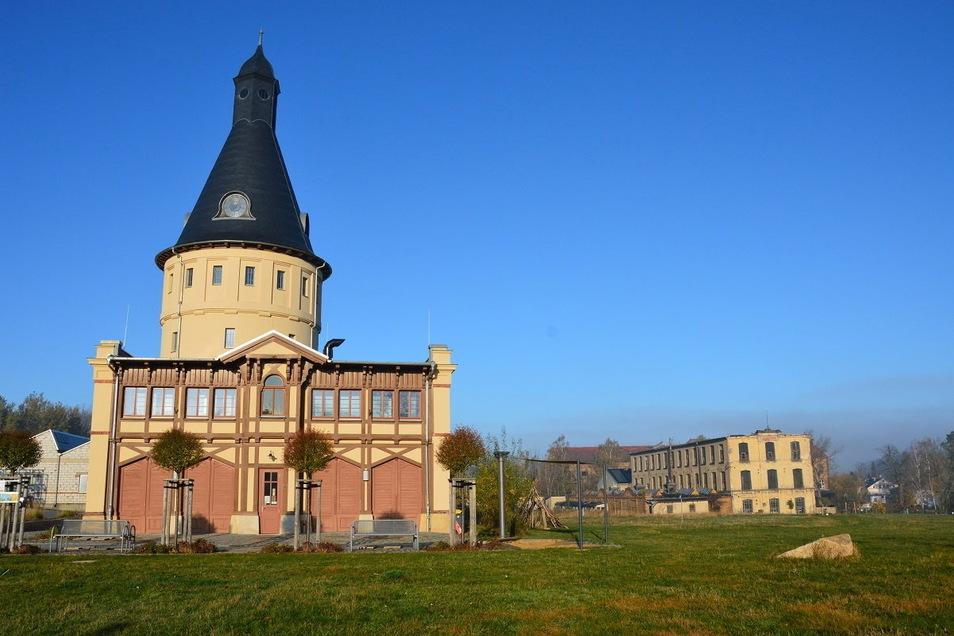 """Das Kultur- und Bildungszentrum (KuBiZ) """"Am Wasserturm"""" in Neugersdorf mit Blick (rechts) auf die Fabrik """"Lina Koch"""" - die bei der """"KunstWerkStadt"""" mit eingebunden - und vom benachbarten und befreundetem Gründerzeiten e.V. betreut wird."""