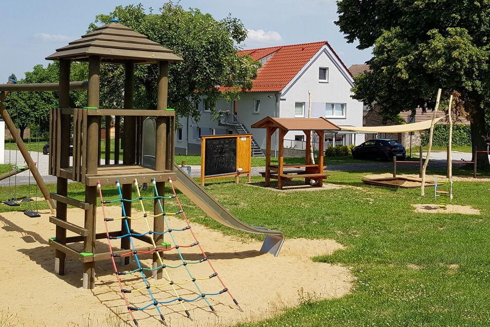 Erst im vergangenen Jahr wurde der Spielplatz auf dem Dorfplatz in Cölln eingeweiht. In diesem Jahr gab es eine neue Maltafel und frische Farbe für die Bänke.