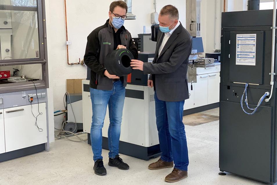 Geschäftsführer Michael Wolf (r.) mit dem Entwicklungsleiter Marcel Schander im Mischungslabor.