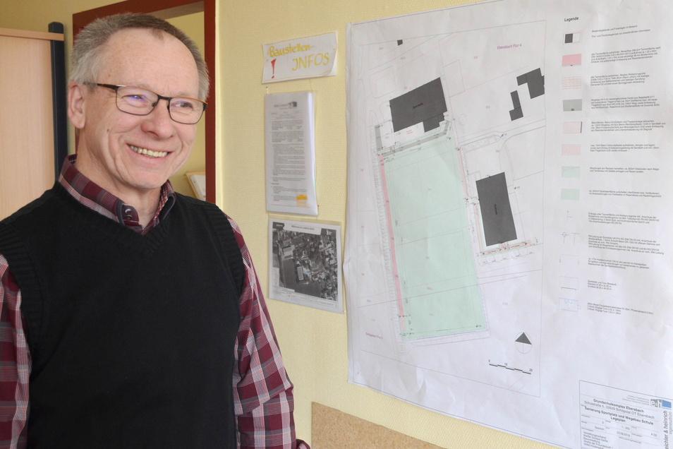 Auf den Bauplan kann Schulleiter Steffen Kleint immer mal einen Blick werfen: Der Plan hängt im Sekretariat der Schule.