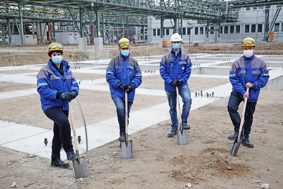 Die Nünchritzer Werkleiterin Dr. Jutta Matreux, Jann Fedde, Olaf Paulsen und Dr. Holger Szillat (v.l.n.r.) machen den symbolischen ersten Spatenstich für den Bau einer neuen Fertigungslinie für Hybridpolymere.
