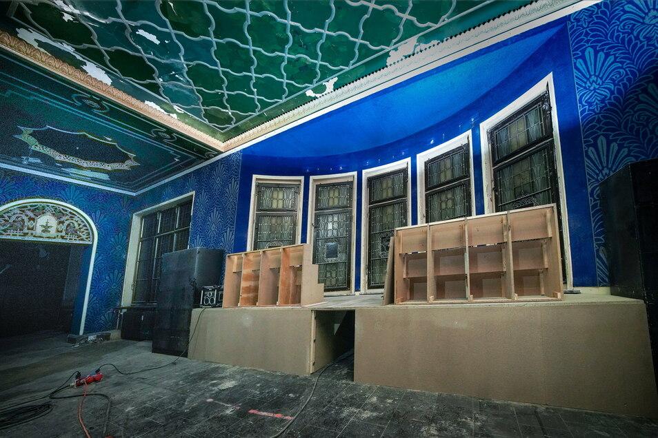 Im Blauen Salon werden die historischen Bleiglasfenster aufgearbeitet und Decke und Fußboden erneuert.