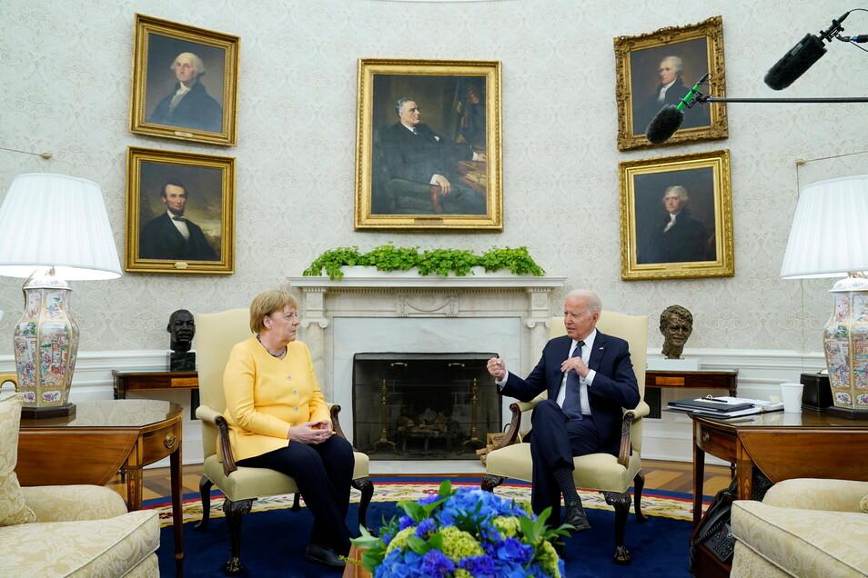 Bundeskanzlerin Angela Merkel (CDU, l), trifft sich zu einem Gespräch mit US-Präsident Joe Biden im Oval Office des Weißen Hauses.