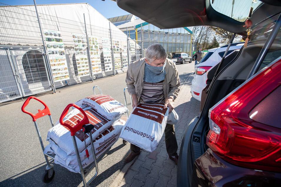 Werner Petzold aus Putzkau bei Bischofswerda hat im hagebaumarkt Neustadt zehn Säcke Rindenmulch für den Garten gekauft.