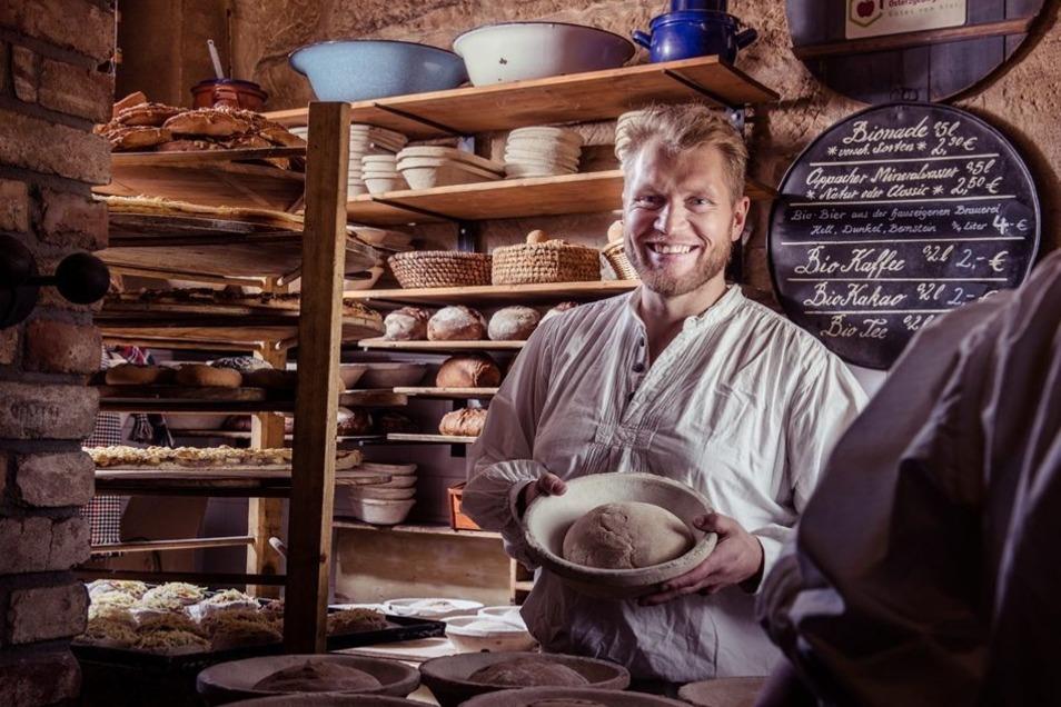 In der Biobäckerei gibt es nicht nur Biobrot, sondern auch leckere, wagenradgroße Kuchen.