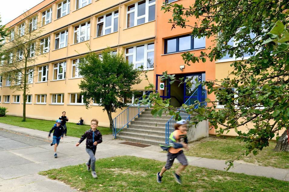 Die schöne Fassade täuscht: An der Olbersdorfer Grundschule gibt es viel zu sanieren. Und nicht nur hier.