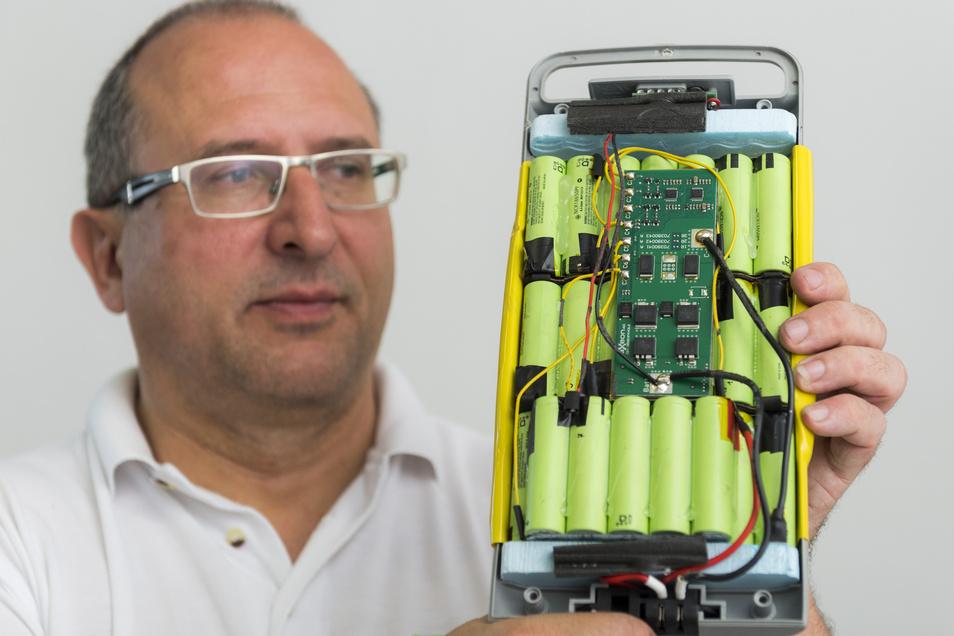 Liofit-Geschäftsführer Dr. Ralf Günther zeigt das Innenleben eines E-Bike-Akkus.