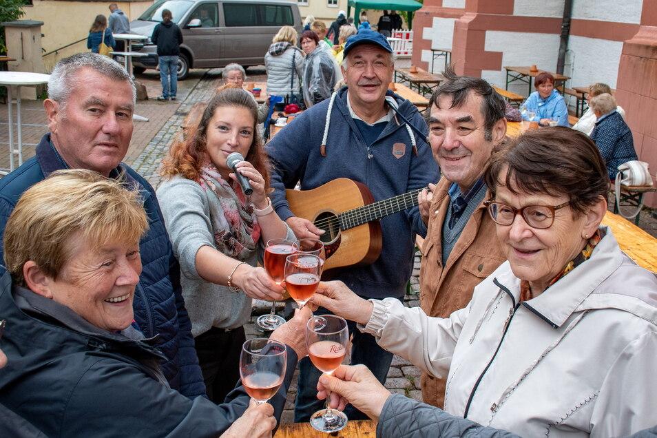 """Das """"Schlagerfeuer"""" der gleichnamigen Band wollte am Samstagnachmittag in Roßwein bei regnerischem Wetter nicht so recht lodern. Trotzdem hielten die Weinfestgäste zur Freude von Mitwirkenden und Veranstaltern durch."""