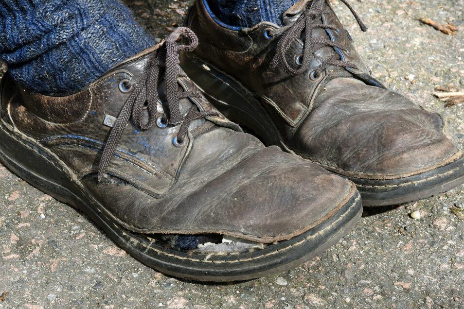Die Schuhe sind kaputt. Jeden Tag legt er bis zu 20 Kilometer zurück.