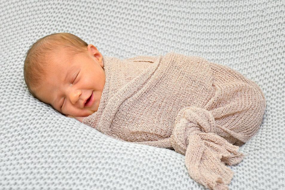 Nora Martinka, geboren am 24. Juni, Geburtsort: Städtisches Klinikum Dresden, Gewicht: 3.360 Gramm, Größe: 50 Zentimeter, Eltern: Evelyn und David Martinka, Wohnort: Meißen