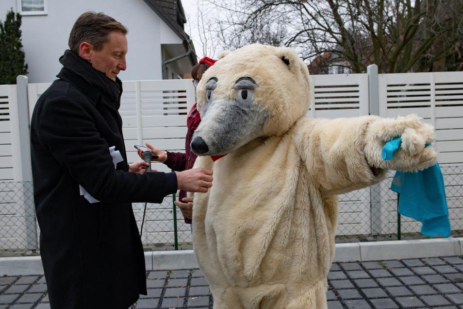 Sie sind ein eingespieltes Team: Der Lenzer Pfarrer Sebastian Zehme und der kuschlige Bär, welcher ebenso wie die Kirchgemeinde froh sein dürfte, wieder zusammentreffen zu können.