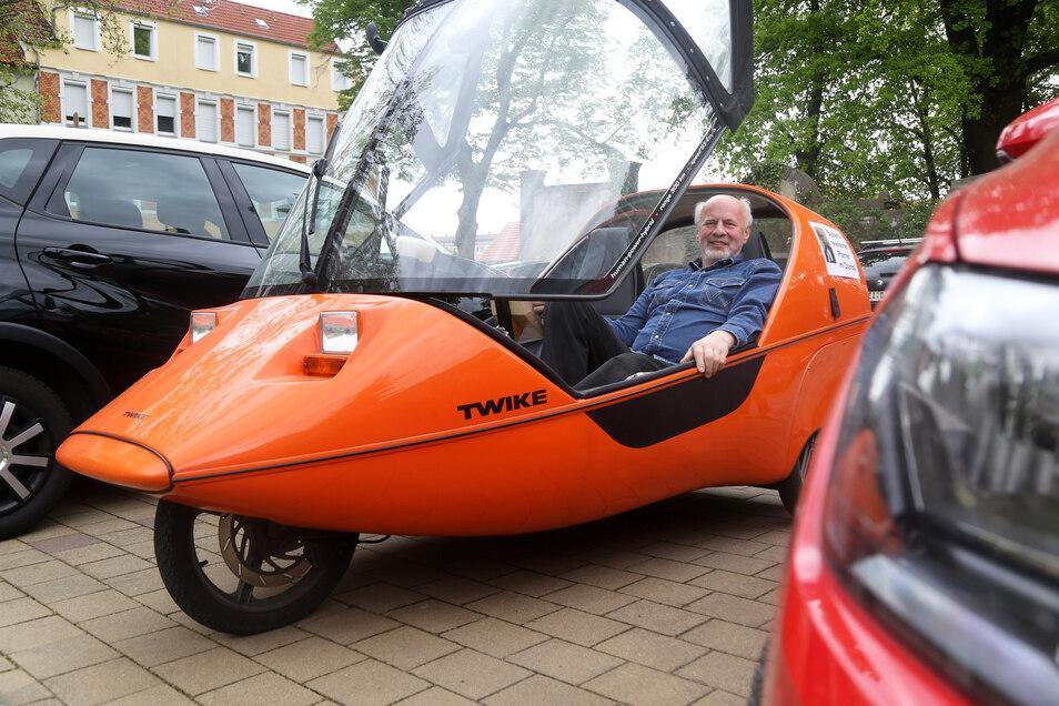 Gunter Odrich ist auch bei der Fahrzeug-Wahl eher unorthodox. Aus ökologischer Überzeugung fährt er ein dreirädriges Twike, das mit Batterie und Beinkraft angetrieben wird.