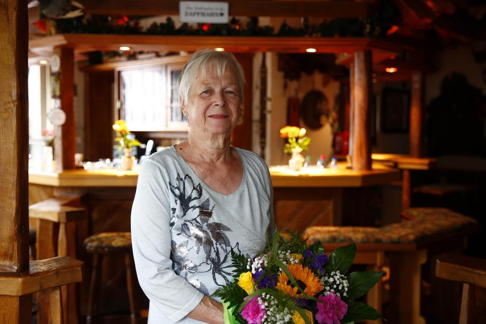 Viele Geschenke gab es zum 40-jährigen Dienstjubiläum der Radeberger Forsthaus-Wirtin Karin Hoffmann.