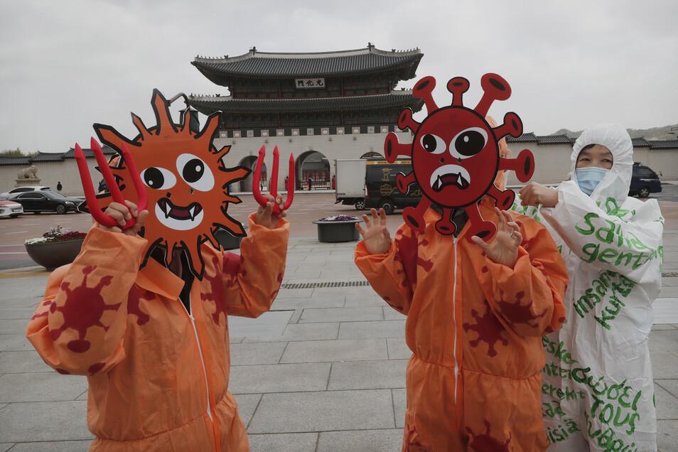 Mitglieder der Koreanischen Bürgervereinigung für Umweltgesundheit bereiten sich auf einen Auftritt auf einer Veranstaltung zur Feier des 50. Jahrestages des Earth Day vor.