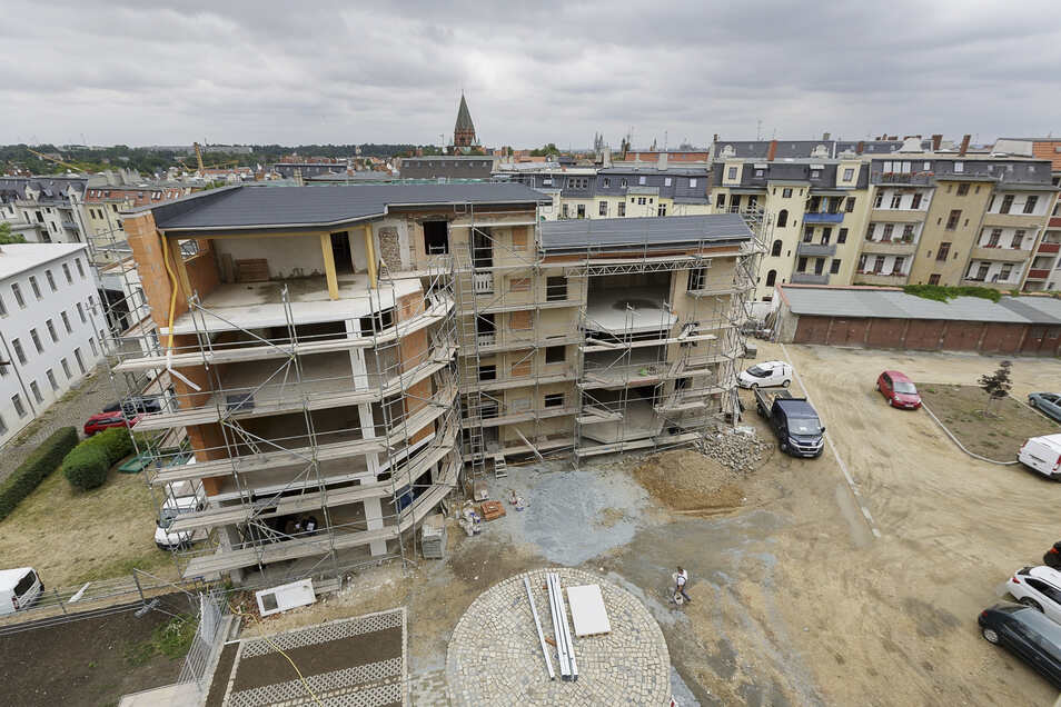 Im Hinterhaus der Bahnhofsstraße 16 entstehen fünf Wohnungen. Auch wenn es derzeit noch nicht so aussieht: Im Oktober oder November sollen sie fertig sein. Der Hof wird teils gepflastert, teils begrünt.