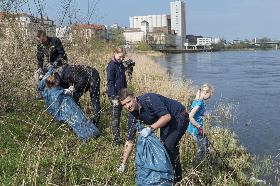 """Mehrere hundert Teilnehmer beteiligen sich laut Stadt jährlich an der Aktion """"Sauberes Riesa"""" - hier eine Aufnahme aus 2018."""