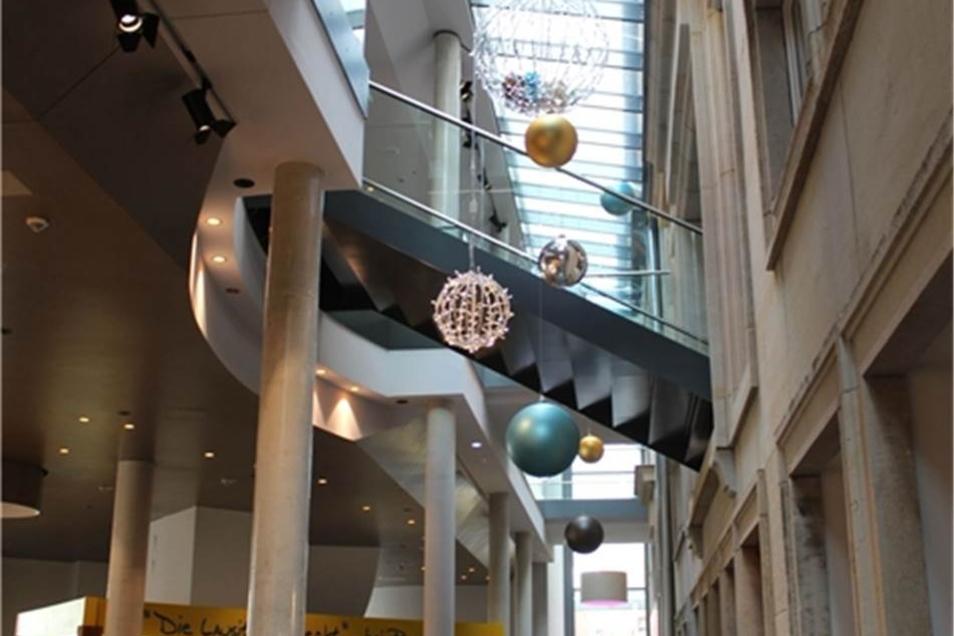 Blick auf den Übergang zwischen altem Café Prag und dem Neubau.