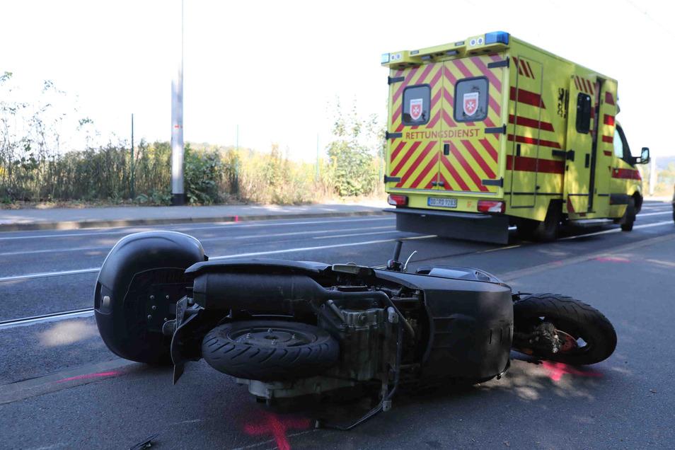 Bei einer Kollision mit einem Auto stürzte am Dienstagmittag ein Motorrollerfahrer in Dresden.