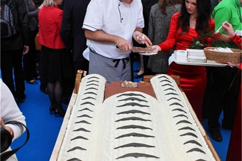 Unter anderem 12.000 Kekse gaben der Riesen-Leckerei ihre Form.