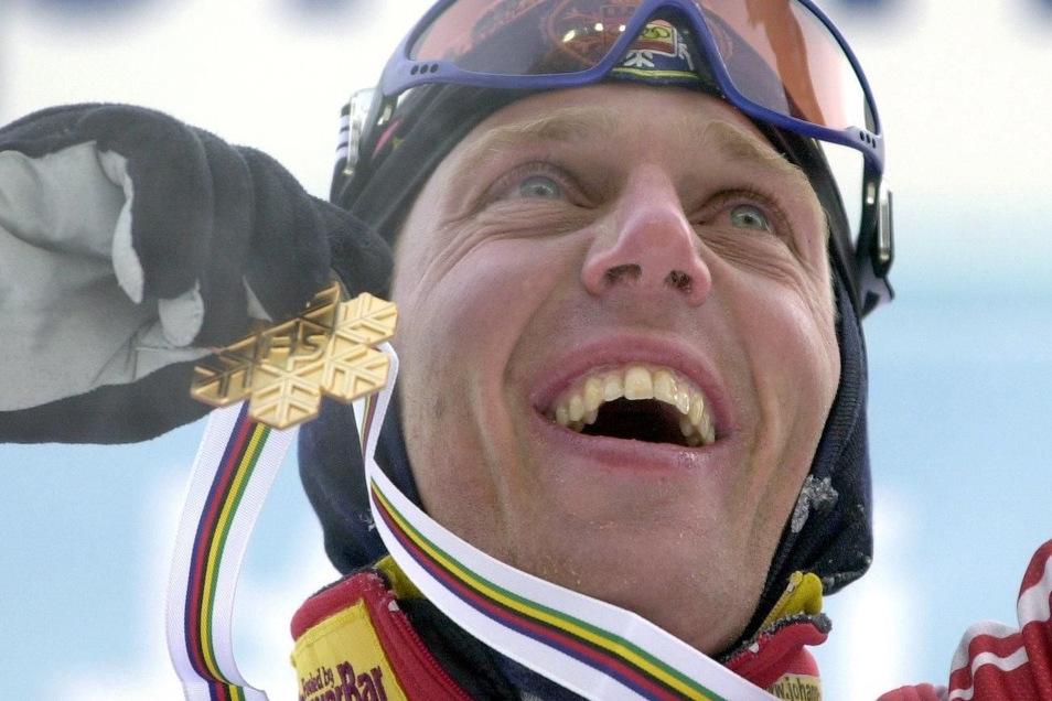 Johann Mühlegg bejubelt Gold über 50 Kilometer bei der nordischen Ski-WM 2001 in Lahti.