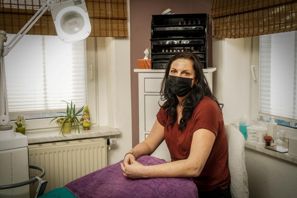 Kosmetikerin Susann Glatz bekommt kaum finanzielle Unterstützung für die Zeiten, in denen sie in Neukircher Studio schließen muss.