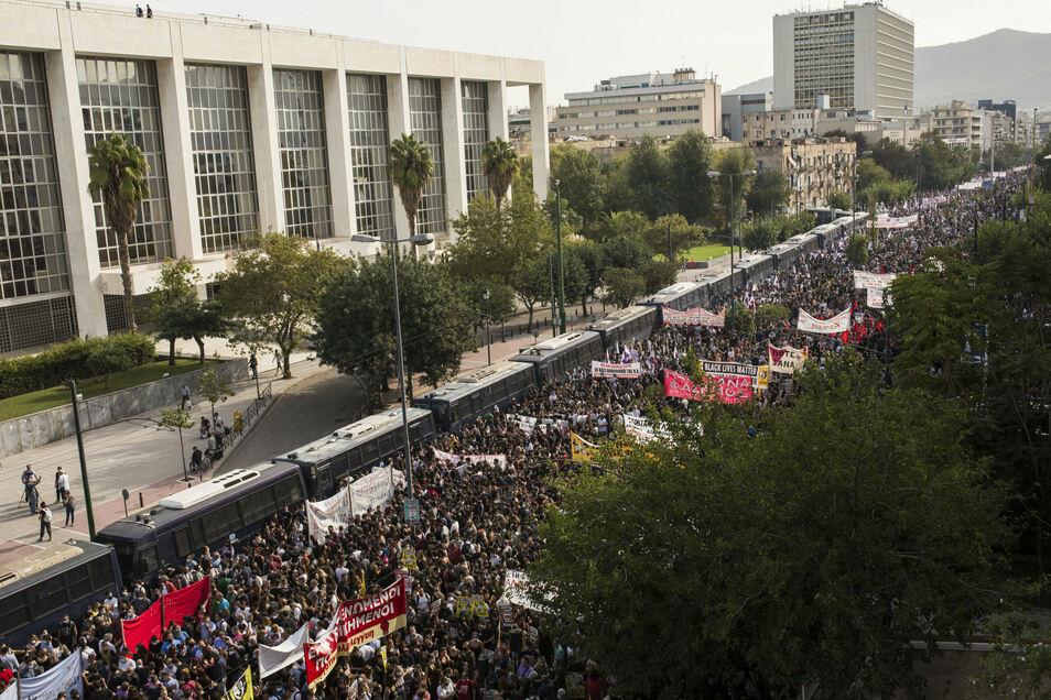 Viele Demonstranten haben sich seit dem frühen Mittwochmorgen auf Athens Straßen versammelt, um gegen Faschismus zu protestieren.