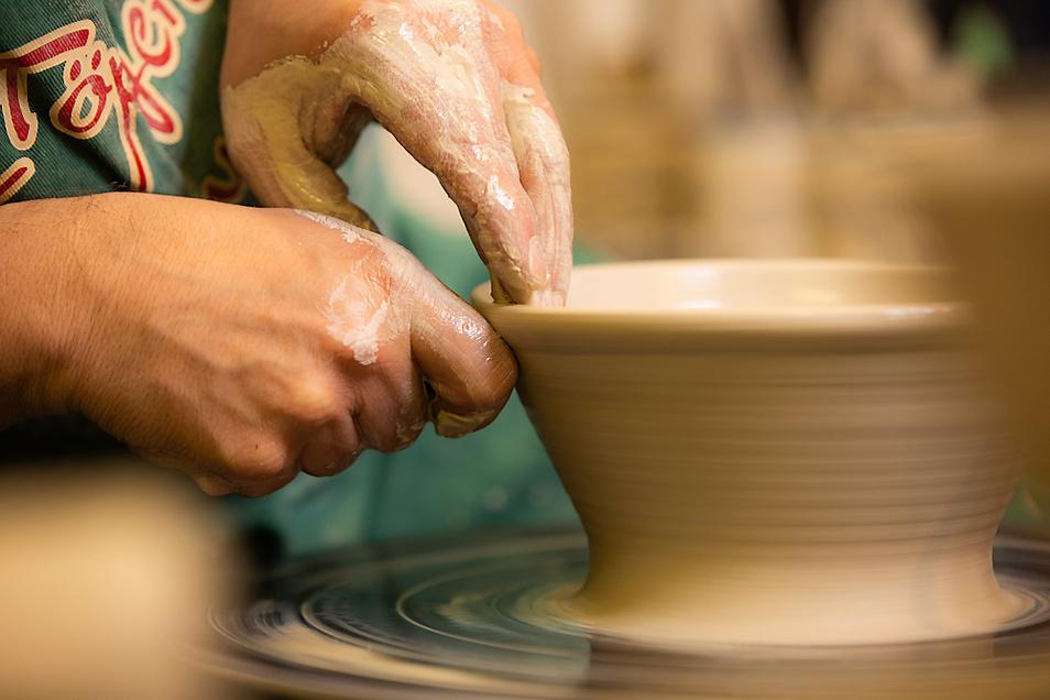 Nach und nach nimmt das Werkstück Gestalt an und kann zu Schale, Tasse, Krug oder Teller werden.