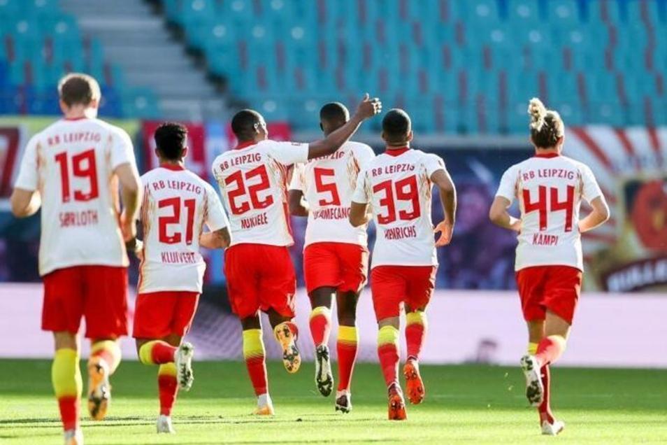 Die Spieler von RB Leipzig feiern den Treffer von Dayot Upamecano (M.) zum 1:1 - am Ende gewinnt der Spitzenreiter mit 2:1 gegen Hertha BSC.
