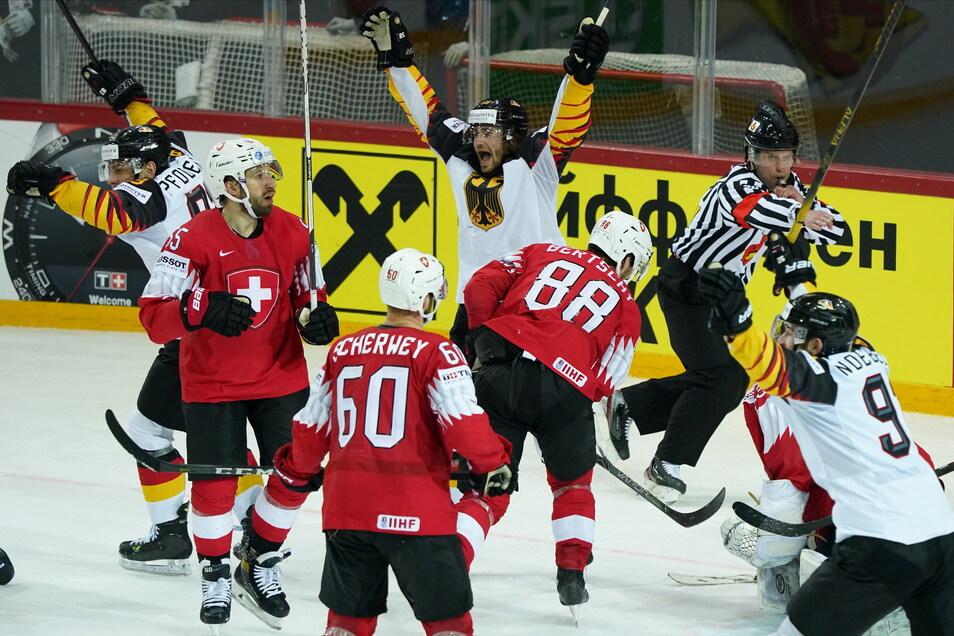 Deutschlands Markus Eisenschmid (hinten M) jubelt, die Schweizer sind enttäuscht.