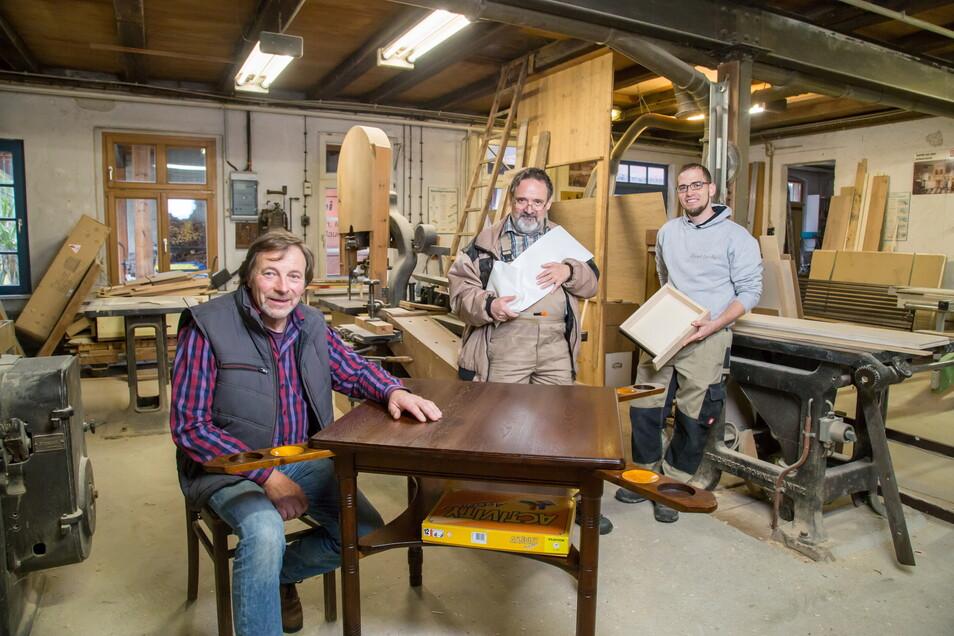 Die Werkstatt der drei Tischlermeister (v. l.): Helfried Siebenhaar, Rainer Neumann (baut Lattenroste für Betten) und Martin Schröter (fertigt Möbel nach Maß).