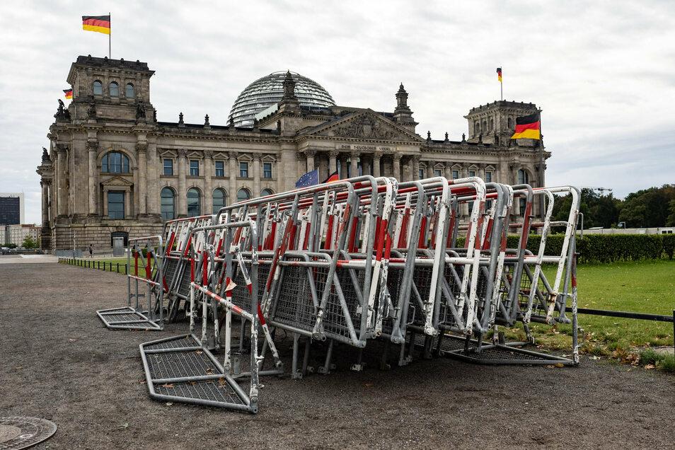 Absperrgitter am Reichstagsgebäude. Nach dem Verbot einer Großdemonstration gegen Corona-Maßnahmen entscheiden nun die Gerichte.