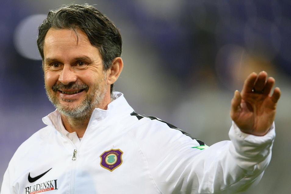 Aues Trainer Dirk Schuster hat kein Problem damit, dass es nach dem Jahreswechsel in der zweiten Liga sofort weitergeht.