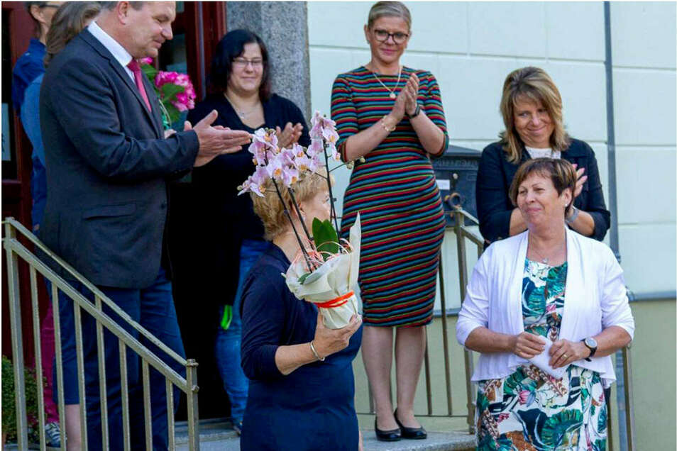 Die langjährige Leiterin der Grundschule Elstra Ute Handschack (r.) wurde jetzt von den Lehrern in den Ruhestand verabschiedet.