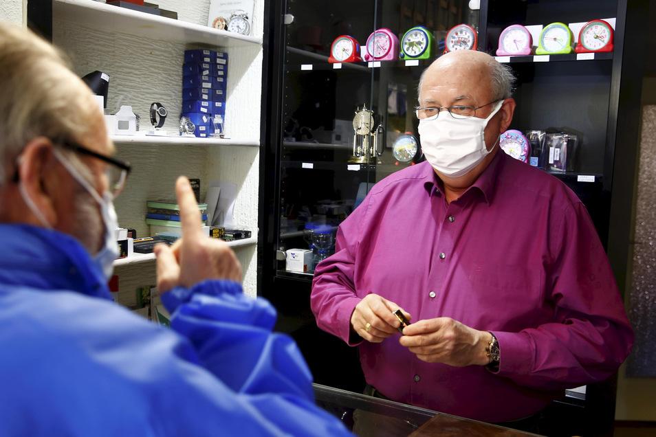 Im Uhrengeschäft am Kamenzer Markt hatte Steffen Anders am Montag viel zu tun. Bis zum Nachmittag tauschte er knapp 50 Uhrenbatterien.