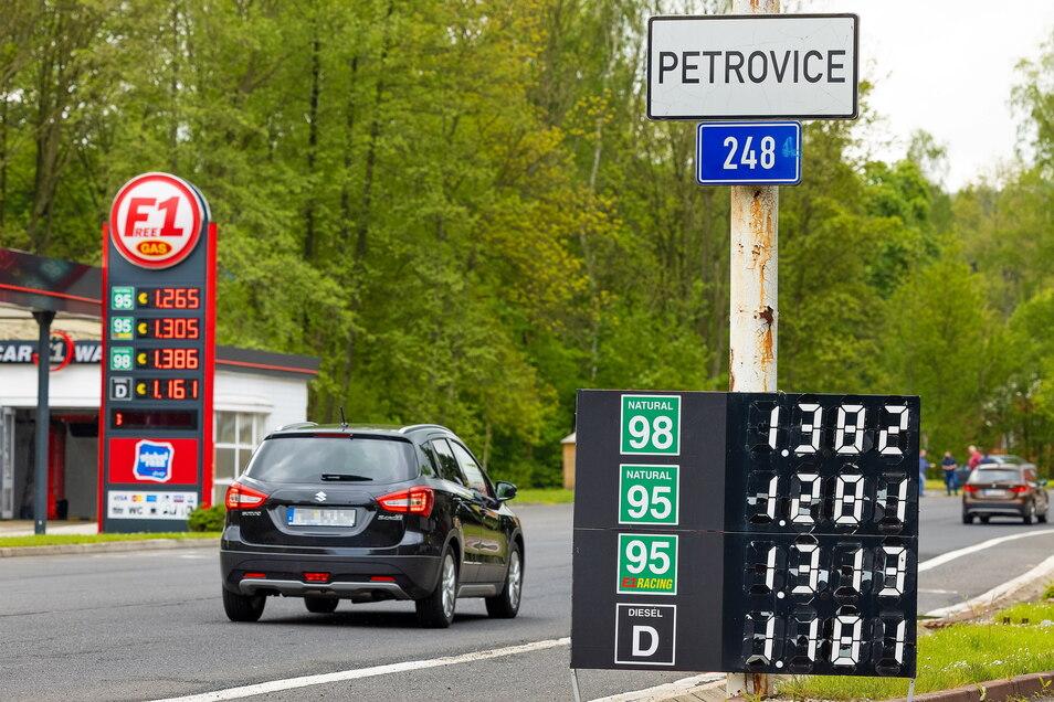 Tankstellen in Tschechien mit ihren vergleichsweise günstigen Preisen sind so beliebt, dass am ersten Wochenende nach der Wiedereröffnung eine leergetankt worden ist