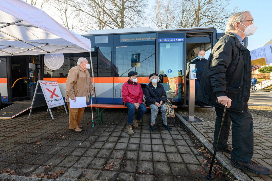 In Großhartmannsdorf warten Rentner bei einem Testlauf vor einem rollenden Impfzentrum, einem umgebauten Linienbus, auf die Impfung mit dem Impfstoff gegen Corona von Biontech/Pfizer.