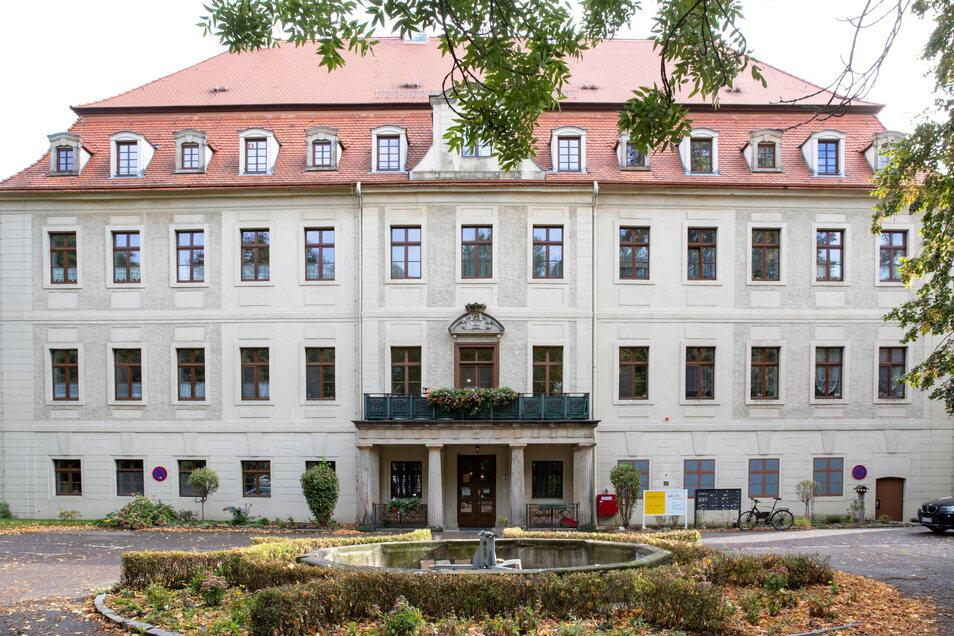 Schloss Gröba und Schlosspark gehören historisch zusammen, haben aber unterschiedliche Eigentümer: Das Schloss ist privat und wird als Eigenheim genutzt, der Park ist städtisch.