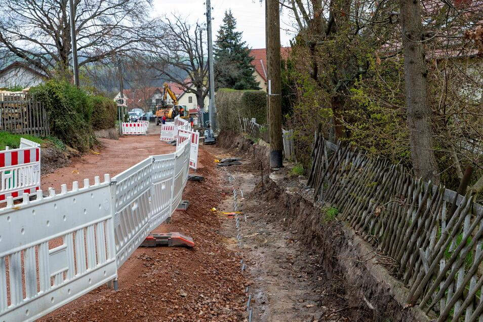 Im oberen Abschnitt der Baumschulenstraße müssen noch Kabel für die Deutsche Telekom verlegt werden. Die alten Holzmasten für die Freileitungen verschwinden.
