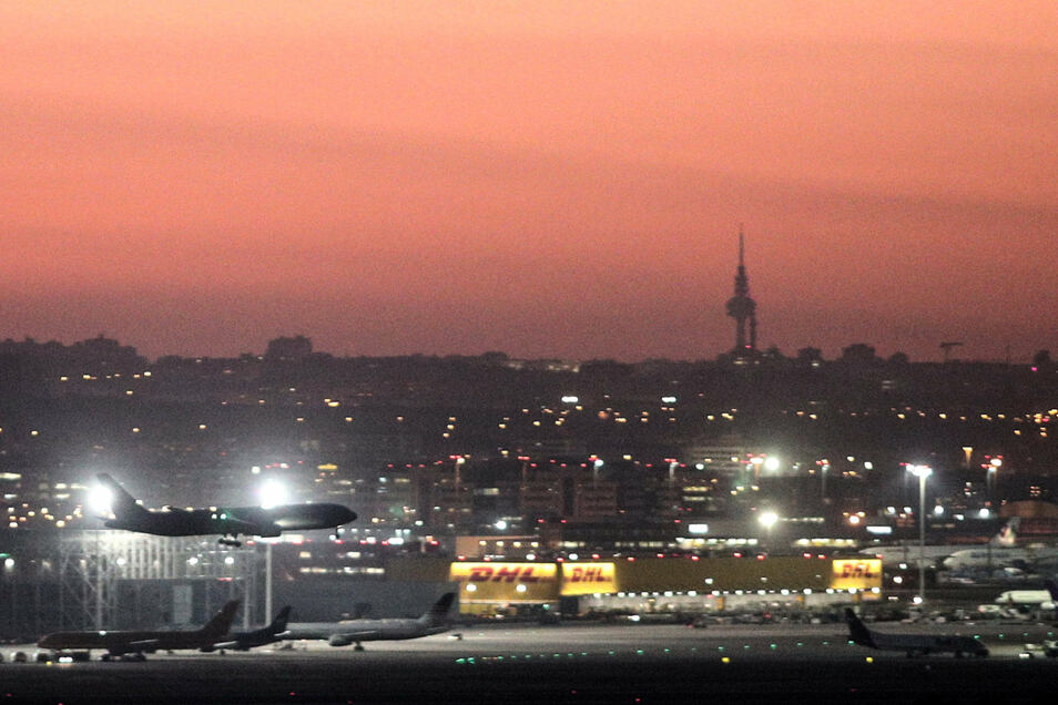 Das Flugzeug von Air Canada kurz vor der Notlandung auf dem Flughafen Barajas in Madrid.